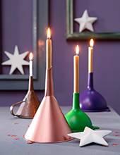 living4media_11444560-Umgedreht_stehende_Trichter_als_DIY-Kerzenhalter.jpg