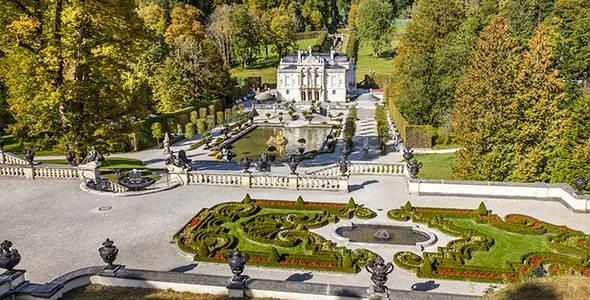 Blick von den Terrassengärten auf Schloss Linderhof, Ettal, Allgäu, Bayern, Deutschland