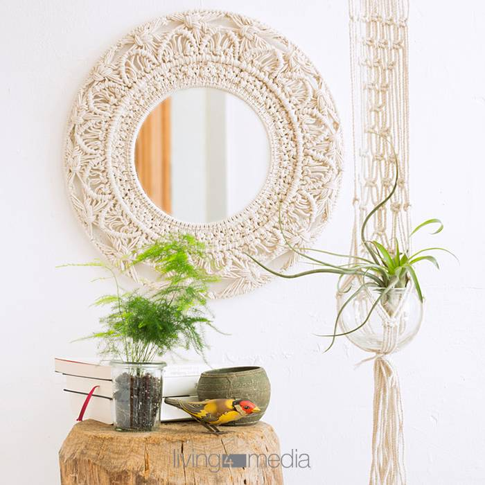 Trend Makramee-living4media_12472007_Mirror_with_macrame_frame_houseplant_on_tree_stump_table_and_macrame_plant_holder.jpg